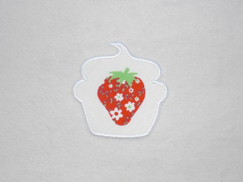 - Cupcake Erdbeere mit Blüten in weiß, Stickapplikation zum Aufbügeln                - Cupcake Erdbeere mit Blüten in weiß, Stickapplikation zum Aufbügeln