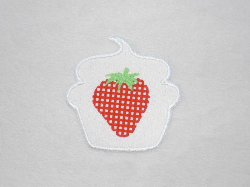 - Cupcake Erdbeere mit Karos in weiß, Stickapplikation zum Aufbügeln                  - Cupcake Erdbeere mit Karos in weiß, Stickapplikation zum Aufbügeln