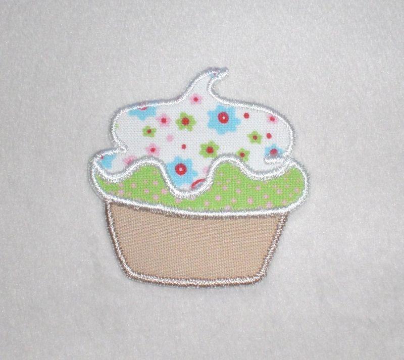- Cupcake mit weißer Haube, Nr.2, Stickapplikation zum Aufbügeln                    - Cupcake mit weißer Haube, Nr.2, Stickapplikation zum Aufbügeln