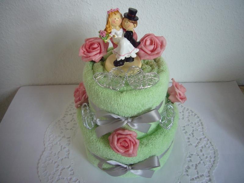 Kleinesbild - Hochzeitsgeschenke Herzen rosa Rosen Geschenke Hochzeit grüne Handtuchtorte