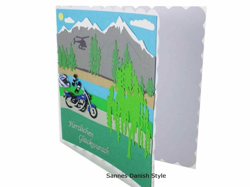 Kleinesbild - Grußkarte für Motorradfahrer, Geburtstagskarte Motorrad, Biker Karte, Berge, Bäume, See, Helm und Handschuhe, die Karte ist ca. 15 x 15 cm