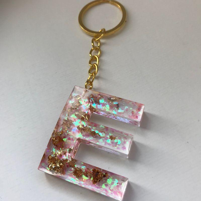 Kleinesbild - Schlüsselanhänger aus Resin zum Muttertag, für den Lieblingsmenschen, als Geschenk (Buchstaben C, E, G, K, L, M, S, N und G)
