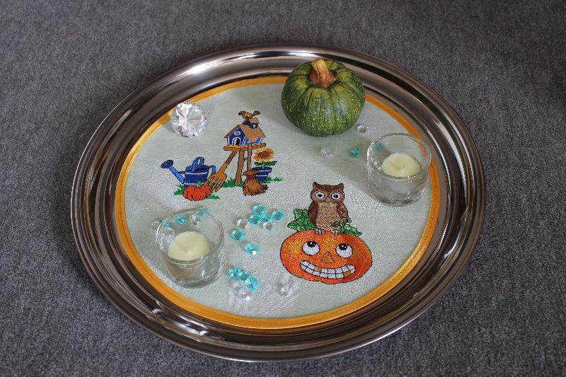 Kleinesbild - Rundes Deckchen mit Helloween - Motiven bestickt