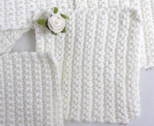Kleinesbild - Handgehäkelte Untersetzer im Sechser-Set gehäkelt aus Baumwolle in Wollweiß in quadratischer Form mit einem kleinen Röschen kaufen