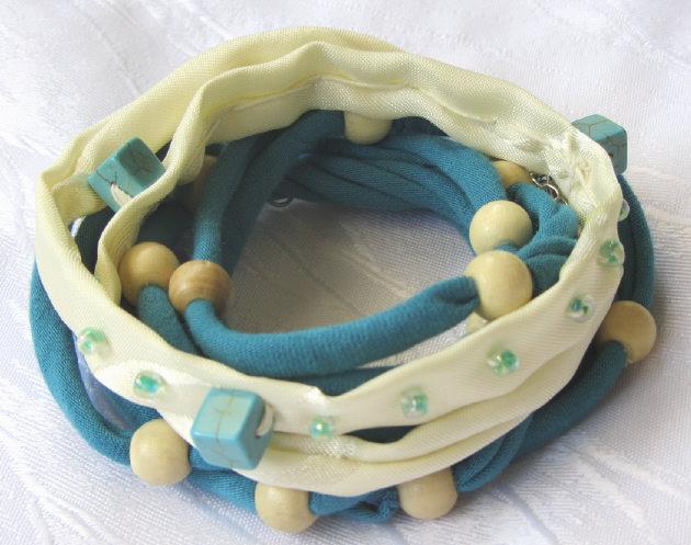 Kleinesbild - Handgemachtes Wickelarmband ♡ entworfen und gefertigt aus Baumwolljersey in Türkis und Beige mit verschiedenen Perlen kaufen