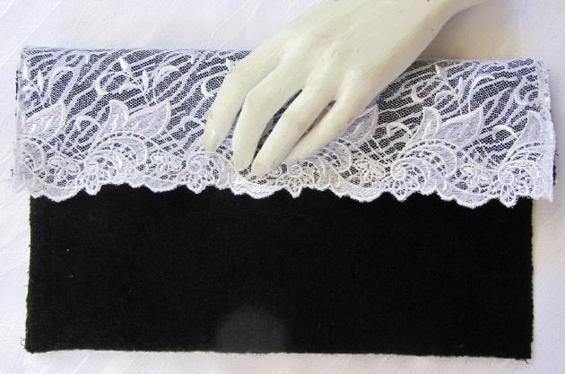 Kleinesbild - Clutch entworfen und handgefertigt aus Walk- und Spitzenstoff in schwarz weiß kaufen
