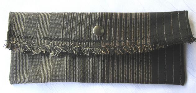 Kleinesbild - Clutch klein und schmal aus gestreiftem Stoff entworfen und handgemacht kaufen