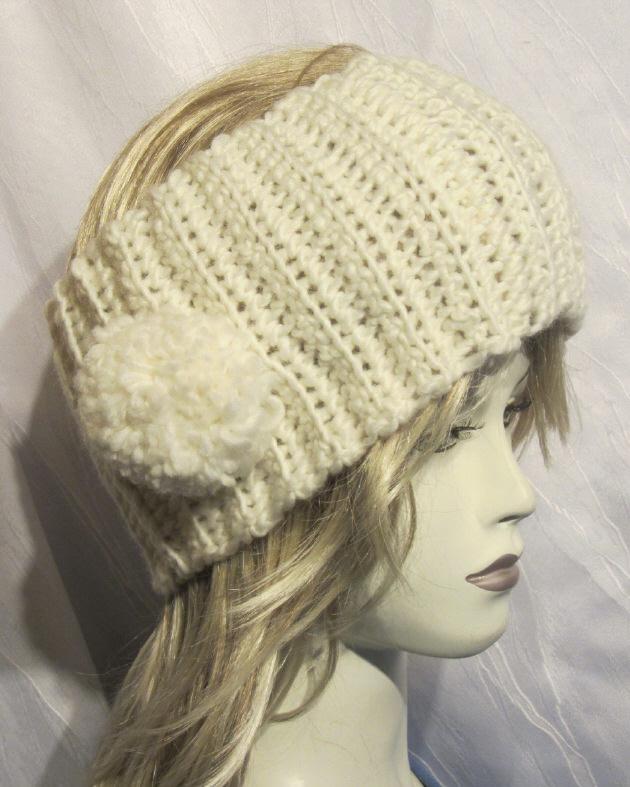 Kleinesbild - Stirnband handgehäkelt aus Wolle in Creme mit einem Bommel an der Seite kaufen