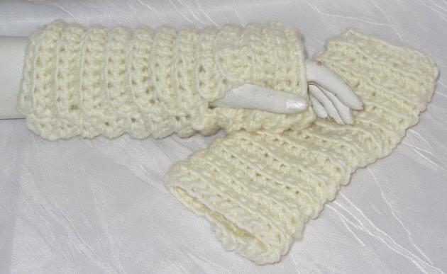 Kleinesbild - Armstulpen handgehäkelt aus Wolle in Wollweiß mit eingearbeiteten Daumenlöchern kaufen