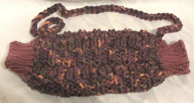 Kleinesbild - Muff handgestrickt aus warmer Wolle im Farbmix aus violett, lila und rosa Tönen kaufen