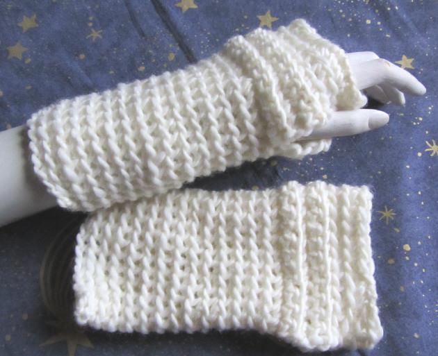 Kleinesbild - Armstulpen handgehäkelt aus Wolle in Wollweiß mit einem eingearbeiteten Daumenlock kaufen