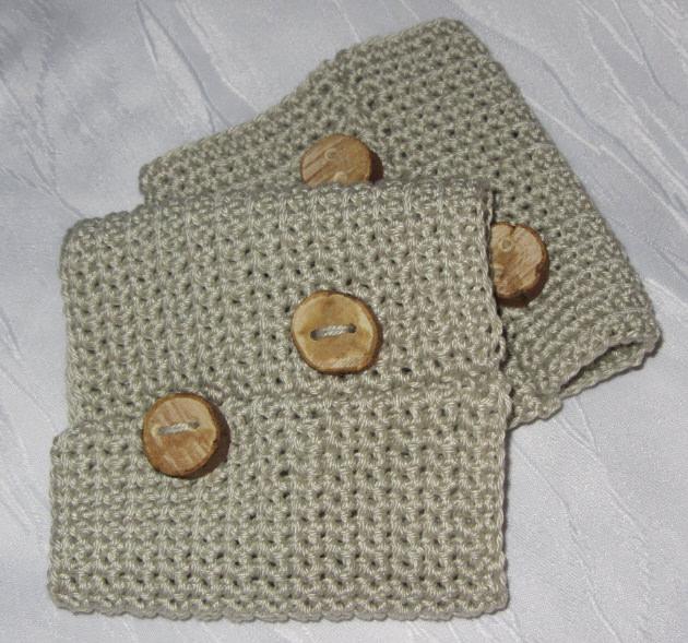 Kleinesbild - Pulswärmer mit handgefertigten Holzknöpfen handgehäkelt aus Baumwolle in der Farbe Leinen kaufen