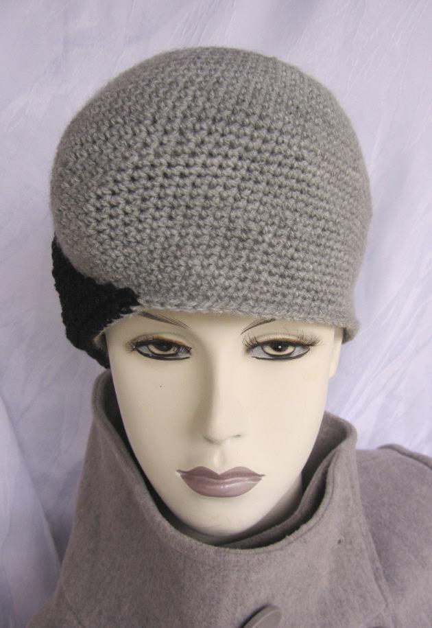 Kleinesbild - Handgehäkelte Mütze gehäkelt aus Wolle in Grau und Schwarz kaufen