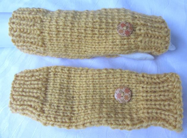 Kleinesbild - Armstulpen handgestrickt aus Wolle in Ockergelb und mit je einem Knopf kaufen