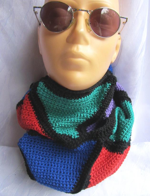 Kleinesbild - Rundschal handgehäkelt aus Baumwolle in den Farben schwarz, grün, rot, blau, violett kaufen