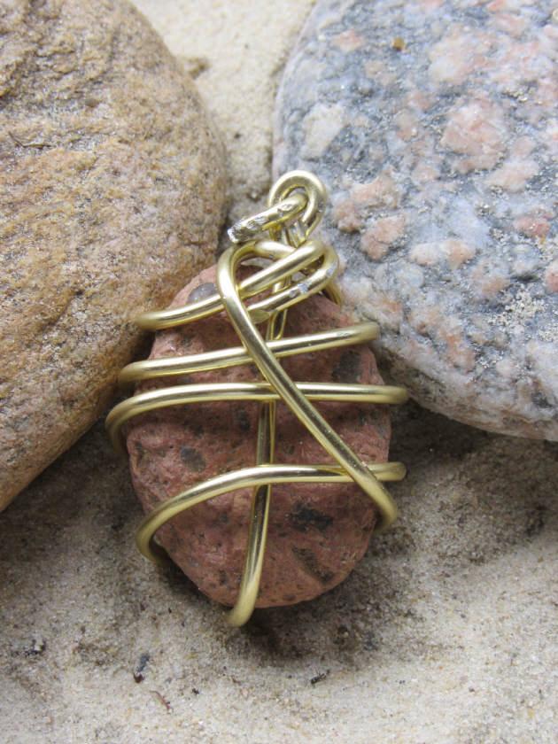 Kleinesbild - Kettenanhänger Naturstein mit goldfarbigem Aluminiumdraht eingefasst kaufen
