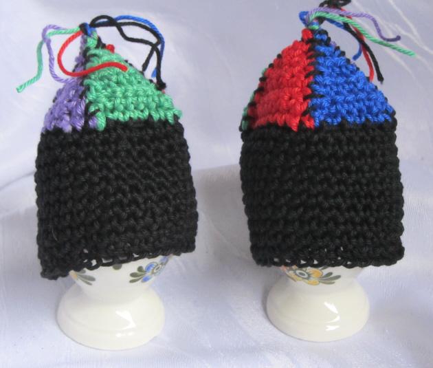 Kleinesbild - Handgehäkelte Eierwärmer im Zweierset gehäkelt aus Baumwolle in den Farben schwarz, rot, grün, blau und violett kaufen