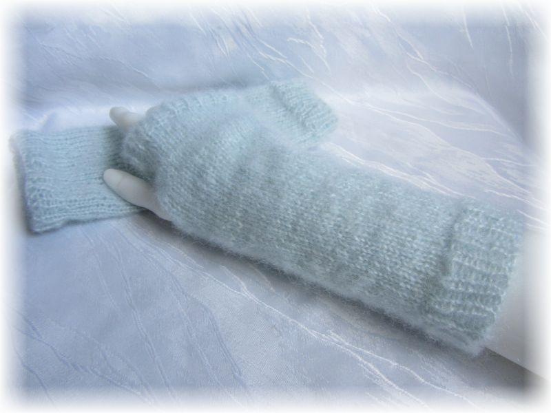 - Handgestrickte Armstulpen Größe M mit einem Daumenloch aus weicher Wolle (Mohair) Mischung in der dezenten Farbe Eisblau kaufen - Handgestrickte Armstulpen Größe M mit einem Daumenloch aus weicher Wolle (Mohair) Mischung in der dezenten Farbe Eisblau kaufen
