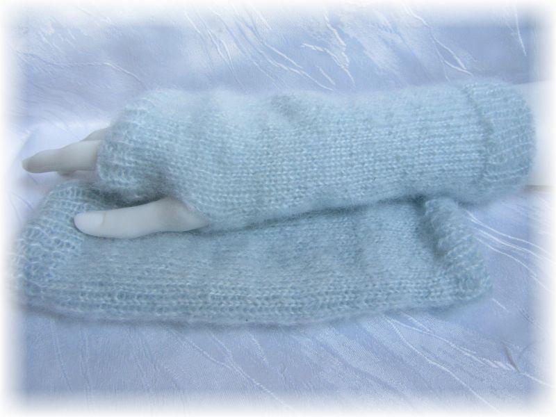 Kleinesbild - Handgestrickte Armstulpen Größe M mit einem Daumenloch aus weicher Wolle (Mohair) Mischung in der dezenten Farbe Eisblau kaufen
