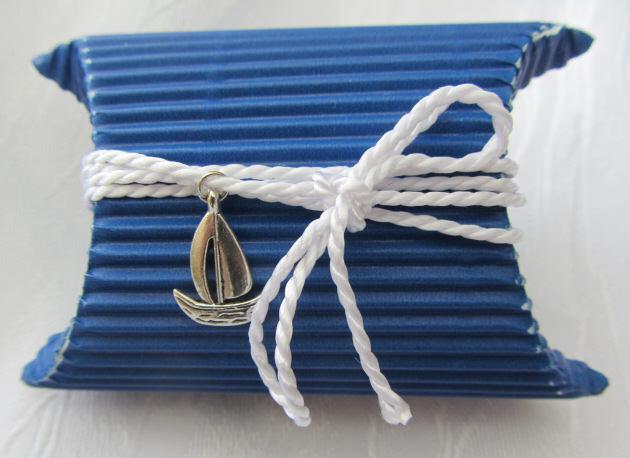 Kleinesbild - Geschenkschachtel im maritimen Stil handgefertigt aus Wellpappe in Blau und Weiß mit einem Segelboot als Anhänger ideal für das kleine Geschenk bestellen