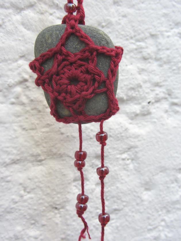 Kleinesbild - Naturstein umhäkelt mit Baumwolle in Weinrot als Aufhänger im Landhausstil kaufen