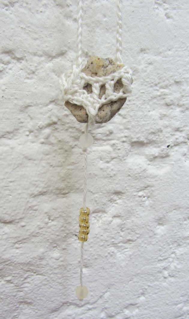 Kleinesbild - Naturstein umhäkelt mit Baumwolle in der Farbe Creme als Aufhänger im Landhausstil kaufen