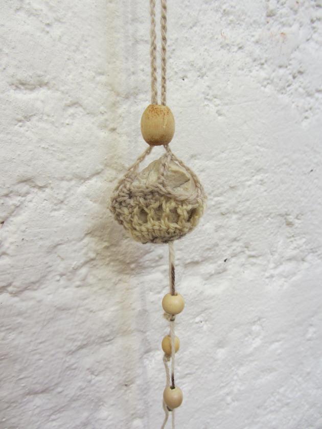 Kleinesbild - Naturstein umhäkelt mit Baumwolle in der Farbe Beige und Graumeliert als Aufhänger im Landhausstil kaufen