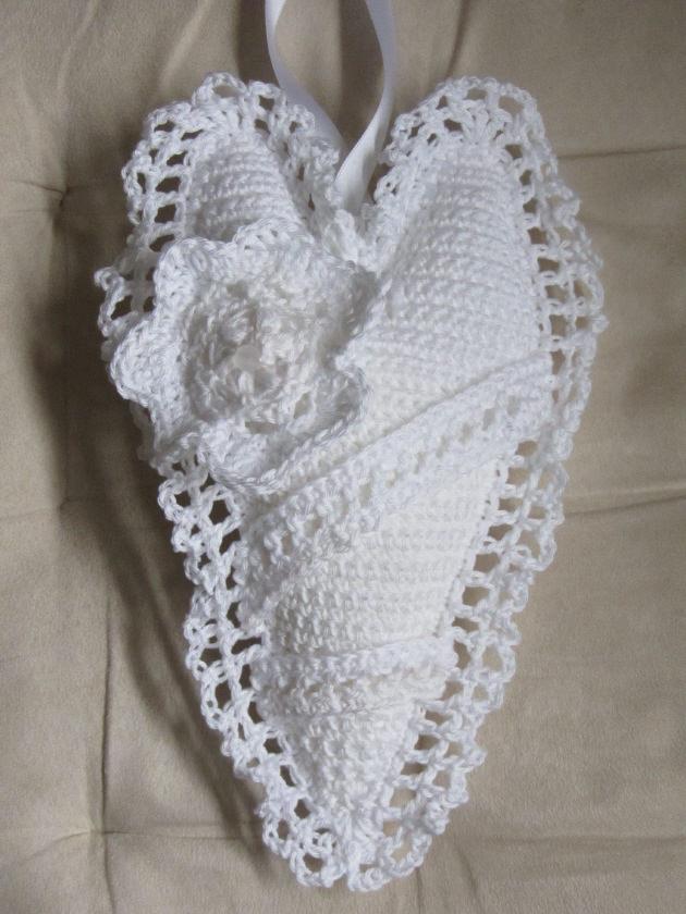 Kleinesbild - Handgefertigtes Herz ♥ aus Baumwolle in Weiß zum Verschenken als Ringkissen für die Hochzeit oder als Aufhänger kaufen