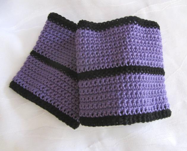 Kleinesbild - Handgehäkelte Pulswärmer aus violetter und schwarzer Baumwolle für Damen und Herren