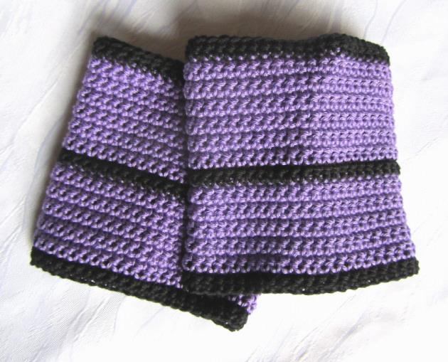 Kleinesbild - Pulswärmer handgehäkelt aus violetter und schwarzer Baumwolle für Sie & Ihn