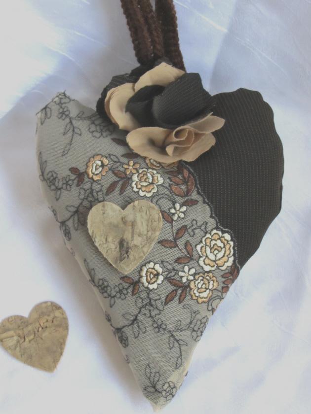 Kleinesbild - Herz ♥ handgefertigt aus verschiedenen Materialien in Brauntönen zum Verschenken oder zum Aufhängen kaufen