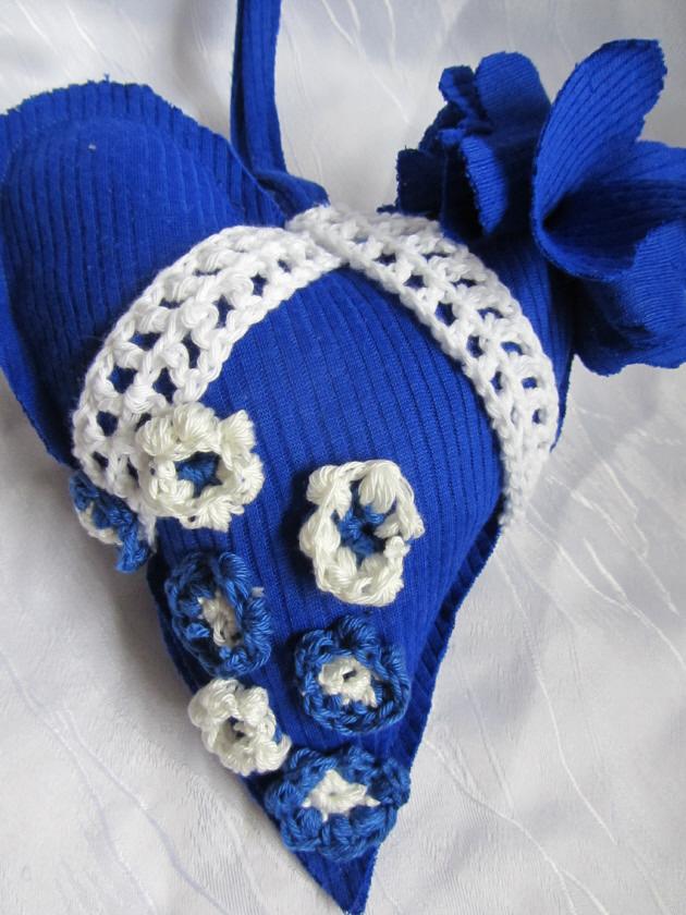 Kleinesbild - Herz ♥ handgefertigt aus verschiedenen Materialien in Blau und Weiß zum Verschenken oder zum Aufhängen als Dekoration kaufen