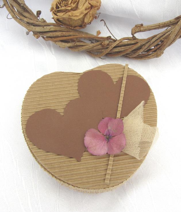 Kleinesbild - Handgefertigte Geschenkschachtel aus Wellpappe aus meiner Serie Natur in Herzform kaufen