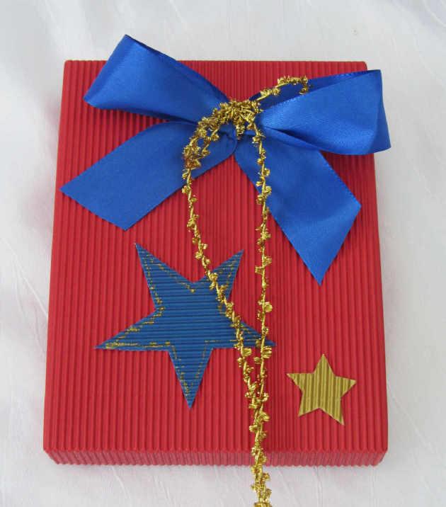 - Handgefertigte Geschenkschachtel ★ handgemacht aus Wellpappe in Rot mit blauer Schleife kaufen - Handgefertigte Geschenkschachtel ★ handgemacht aus Wellpappe in Rot mit blauer Schleife kaufen