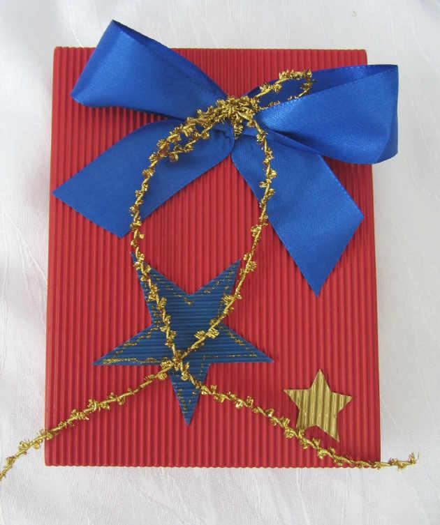 Kleinesbild - Handgefertigte Geschenkschachtel ★ handgemacht aus Wellpappe in Rot mit blauer Schleife kaufen