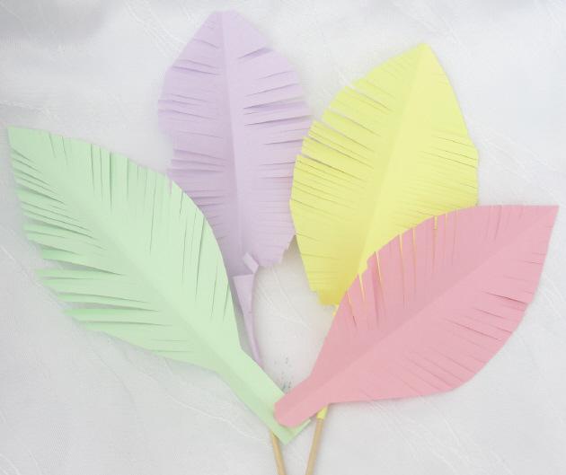 Dekoration papierfedern handgemacht aus farbigem papier for Dekoration bestellen