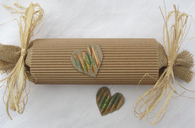 - Handgefertigte Geschenkschachtel Rolle aus Wellpappe in Natur für das kleine Geschenk kaufen - Handgefertigte Geschenkschachtel Rolle aus Wellpappe in Natur für das kleine Geschenk kaufen
