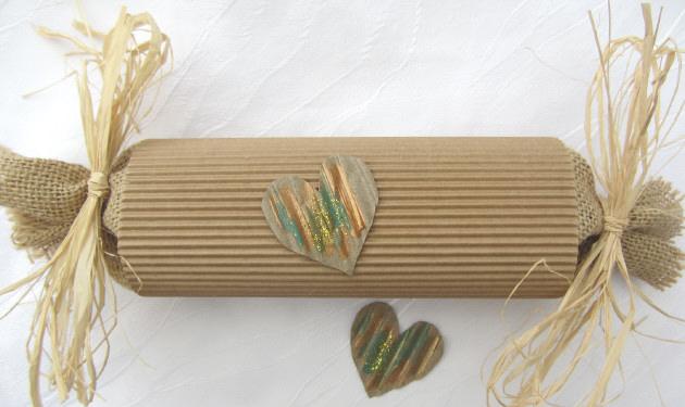 Kleinesbild - Handgefertigte Geschenkschachtel Rolle aus Wellpappe in Natur für das kleine Geschenk kaufen