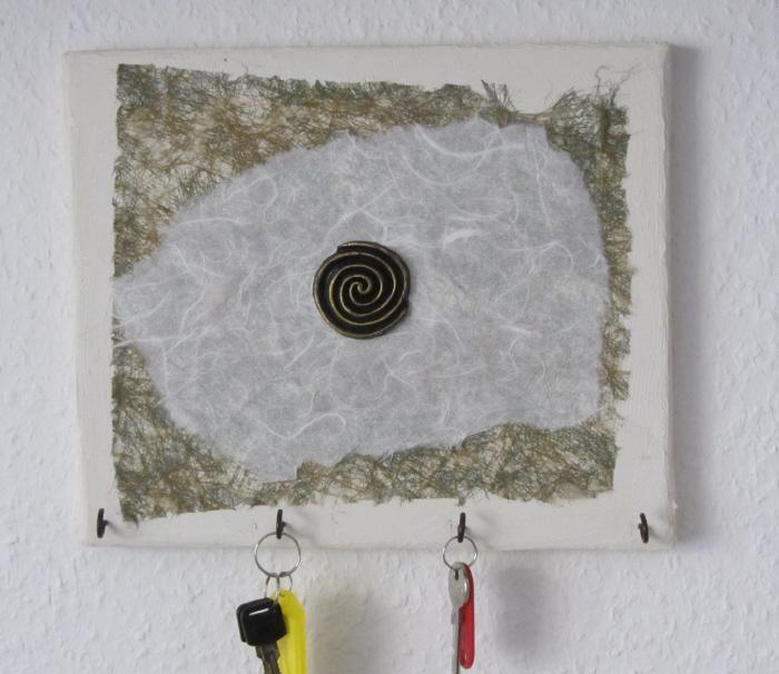 - Handgefertigte Acrylbild Collage als Schlüsselbrett mit einem runden Emblem auf Keilrahmen direkt von der Künstlerin kaufen - Handgefertigte Acrylbild Collage als Schlüsselbrett mit einem runden Emblem auf Keilrahmen direkt von der Künstlerin kaufen