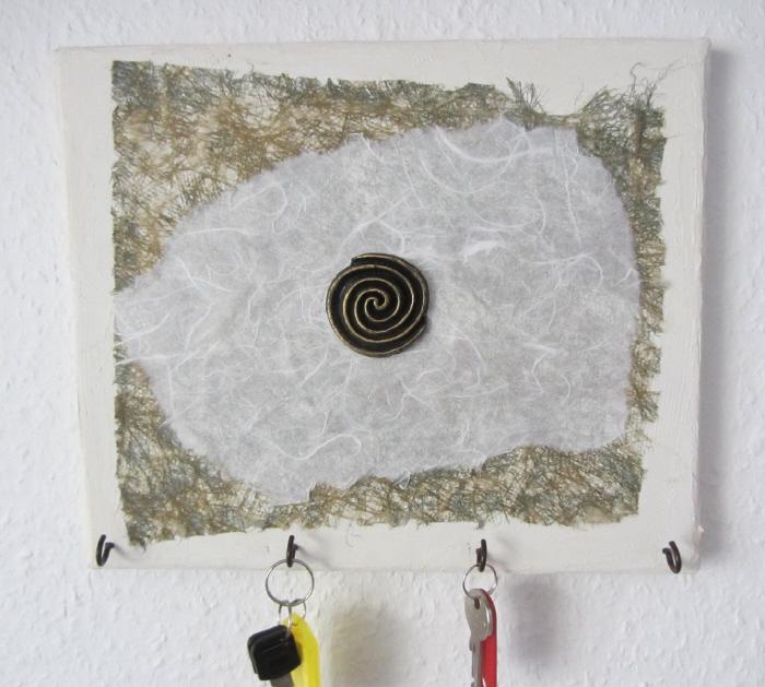 Kleinesbild - Handgefertigte Acrylbild Collage als Schlüsselbrett mit einem runden Emblem auf Keilrahmen direkt von der Künstlerin kaufen