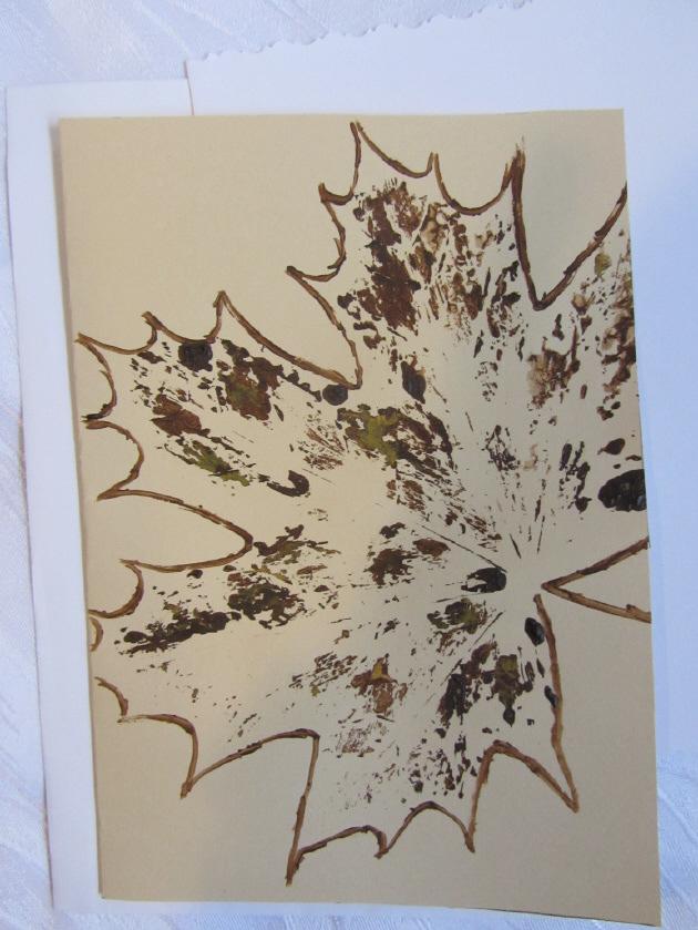 Kleinesbild - Grußkarte Faltkarte mit einem Herbstmotiv Ahornblatt mit Liebe handgemalt auf Tonzeichenpapier in Ocker und Braun kaufen