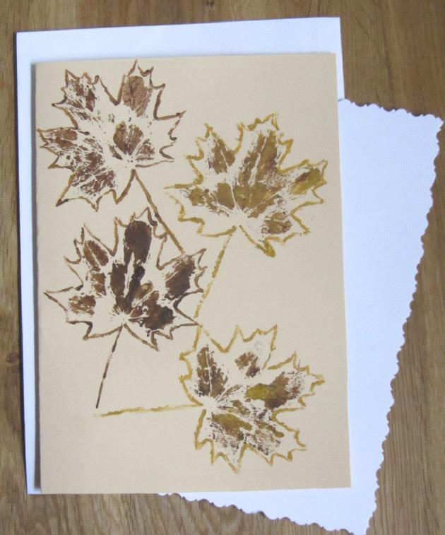 Kleinesbild - Grußkarte Klappkarte mit einem Herbstmotiv Ahornblatt mit Liebe handgemalt auf Tonzeichenpapier in Ocker und Braun kaufen