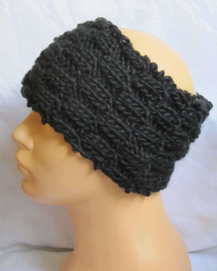 - Handgestricktes Stirnband aus schwarzer Wolle in einem volumigen Strickmuster bestellen. - Handgestricktes Stirnband aus schwarzer Wolle in einem volumigen Strickmuster bestellen.