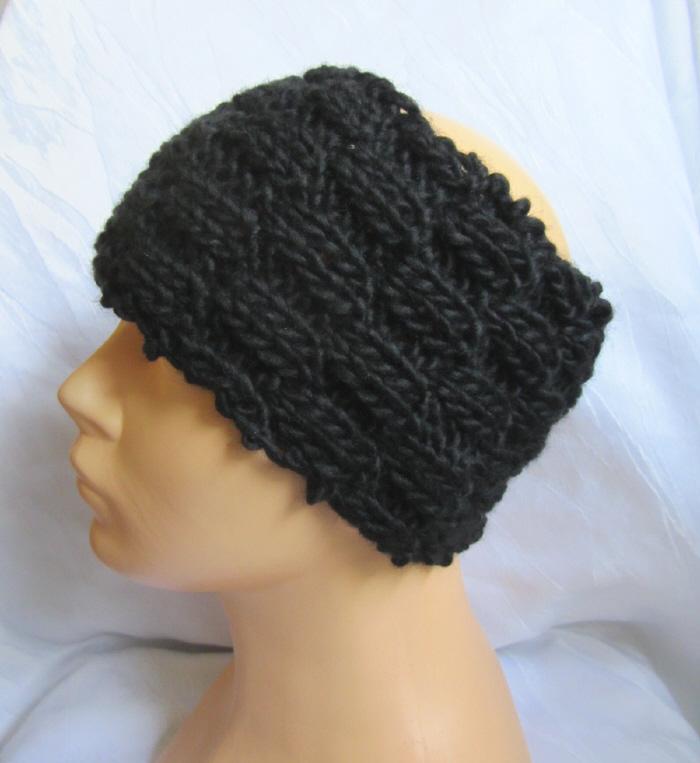 Kleinesbild - Handgestricktes Stirnband aus schwarzer Wolle in einem volumigen Strickmuster bestellen.
