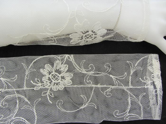 Kleinesbild - Handgefertigte Armstulpen ♥ zugeschnitten und genäht aus edler transparenter Spitze in Creme im feinen Blütendesign für festliche Anlässe kaufen