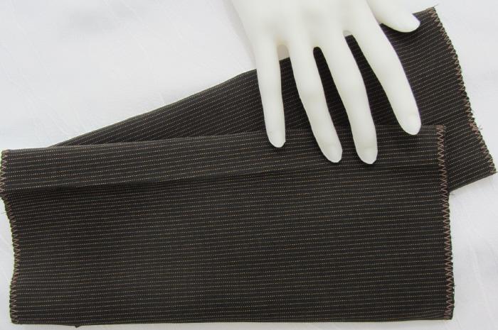 Kleinesbild - Handgefertigte Armstulpen ♥ zugeschnitten und genäht aus elastischem Stoff in Dunkelbraun mit Nadelstreifen kaufen