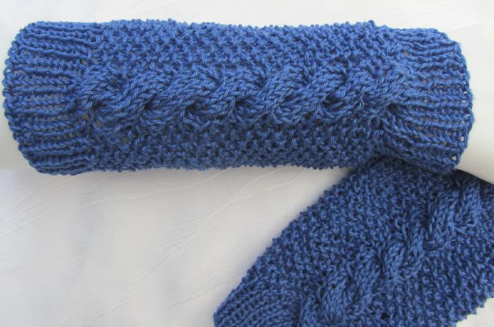 Kleinesbild - Handgestrickte Armstulpen Damen aus Baumwolle mit Zopfmuster in der Farbe Blau kaufen