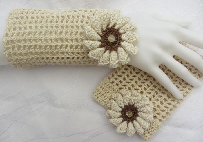 - Handgehäkelte Stulpen Armstulpen Damen aus Baumwolle im Gittermuster in Natur und einer Häkelblüte kaufen - Handgehäkelte Stulpen Armstulpen Damen aus Baumwolle im Gittermuster in Natur und einer Häkelblüte kaufen