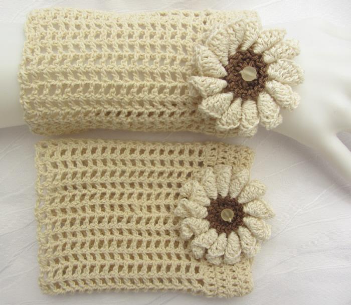 Kleinesbild - Handgehäkelte Stulpen Armstulpen Damen aus Baumwolle im Gittermuster in Natur und einer Häkelblüte kaufen