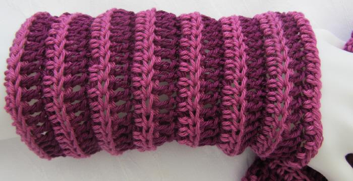 Kleinesbild - Handgehäkelte zweifarbige Armstulpen aus Baumwolle in voluminösem Muster kaufen
